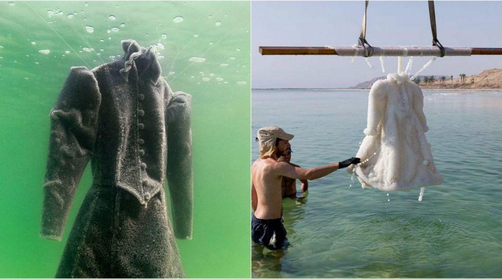 A lasat doua luni o rochie scufundata in Marea Moarta. Surpriza de proporţii de care a avut parte când a scos-o la suprafaţă