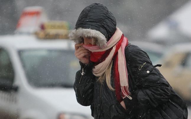 Un val de ger polar a pătruns dinspre Oceanul Arctic în Europa în acest sfârşit de săptămână, urmând să atingă zona Mediteranei şi Balcanii. Potrivit presei internaţionale, căderi masive de zăpadă vor avea loc în Alpi, iar frontul de aer rece ar putea ajunge, pe lângă Croaţia, Bosnia şi Muntenegru, şi în România. Potrivit Severe Weather, unele condiţii meteorologice severe vor apărea de-a lungul frontului rece cu ploaie care se schimbă în zăpadă destul de aproape de zonele joase, la nivel local (în special în peninsula Balcanică). În ceea ce priveşte temperaturile din centrul Europei, acestea vor fi cu 5-8 grade Celsius mai scăzute decât media normală pentru această perioadă.