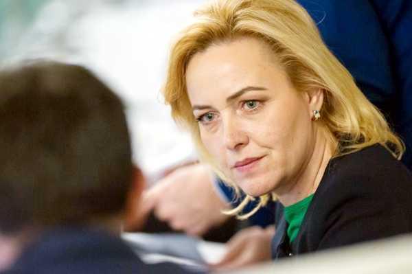 Carmen Dan, ministrul de Interne, microfoane în propria casă