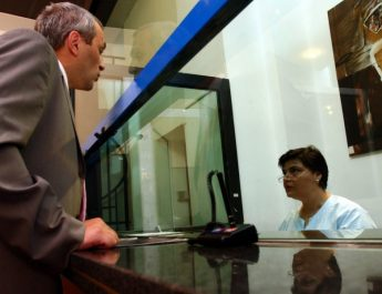 Românii dau bani tot mai greu bani la bănci