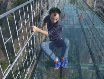 Ai avea curaj? CEL MAI MARE pod de STICLĂ din lume primeste turistii
