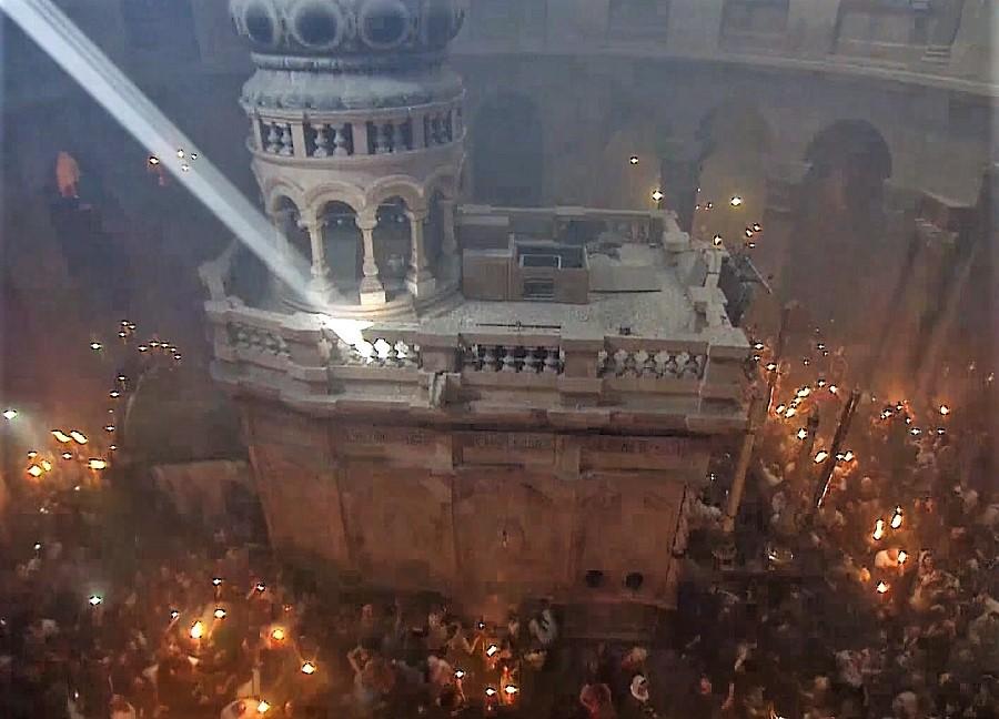 Mormantul Sfânt - lumină de Paști - Sărbătoarea Paștilor