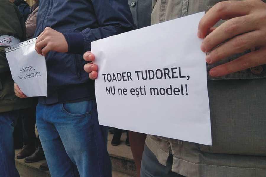 Se cere demisia de onoare a rectorului Tudorel Toader. foto: Liga Studenților Iași