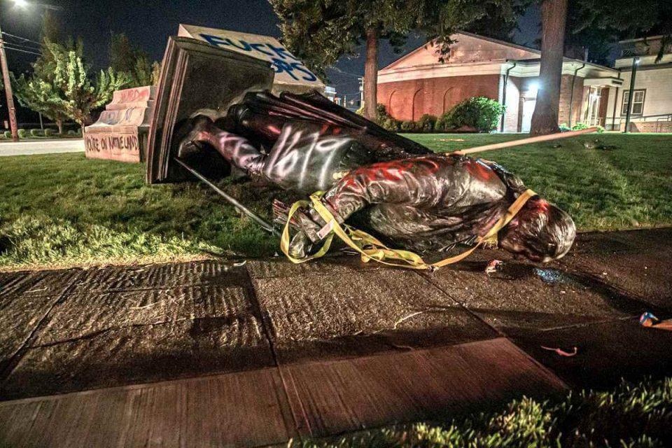 Nebunie fără limite în SUA: Au dărâmat statuia lui George Washington, primul președinte american