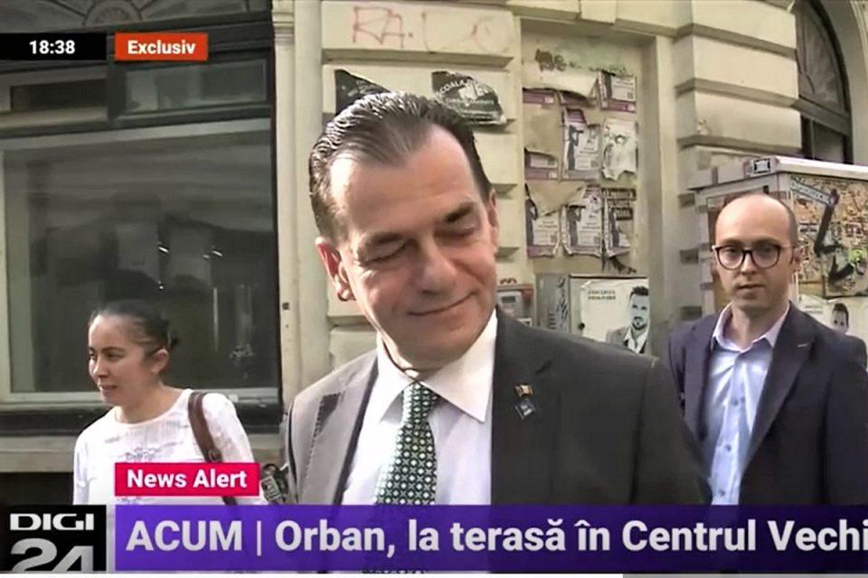 Noi poze virale cu Orban la terasă, în Centrul Vechi. Cu cine era la masă! foto - captură video Digi24