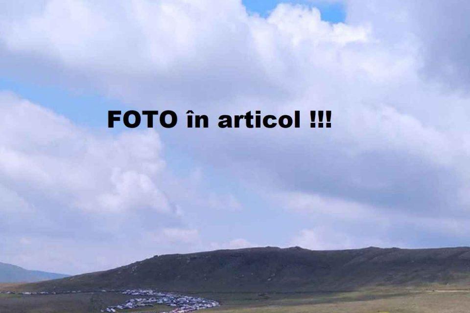 Turism IRESPONSABIL pe Platoul Munților Bucegi - FOTO. Sute de mașini în mijlocul naturii. Eco-Civica: Politicienii fac praf patrimoniul natural al țării