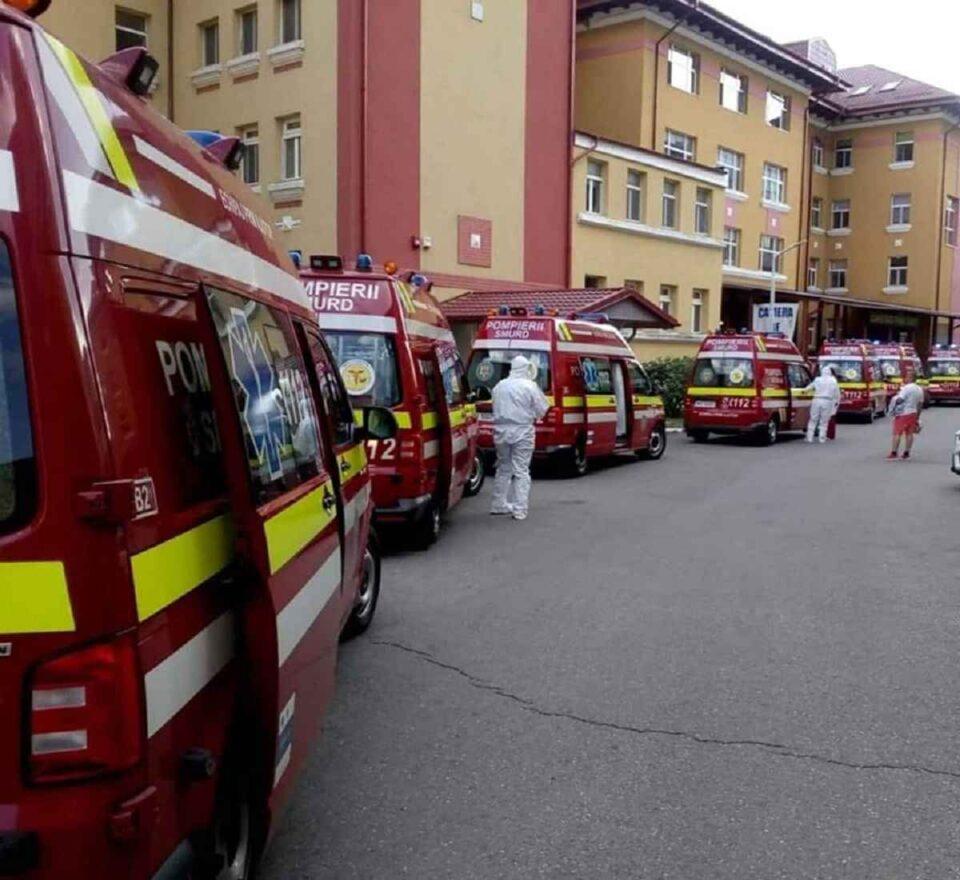 Spitalul Matei Balș, București - Curtea, plină de ambulanțe care au adus bolnavi de Covid-19