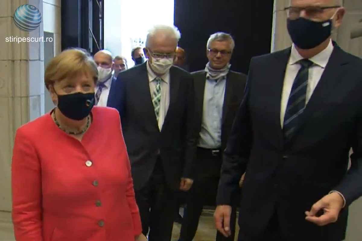 Cancelarul german Angela Merkel a apărut vineri pentru prima oară în public purtând o mască de protecție.