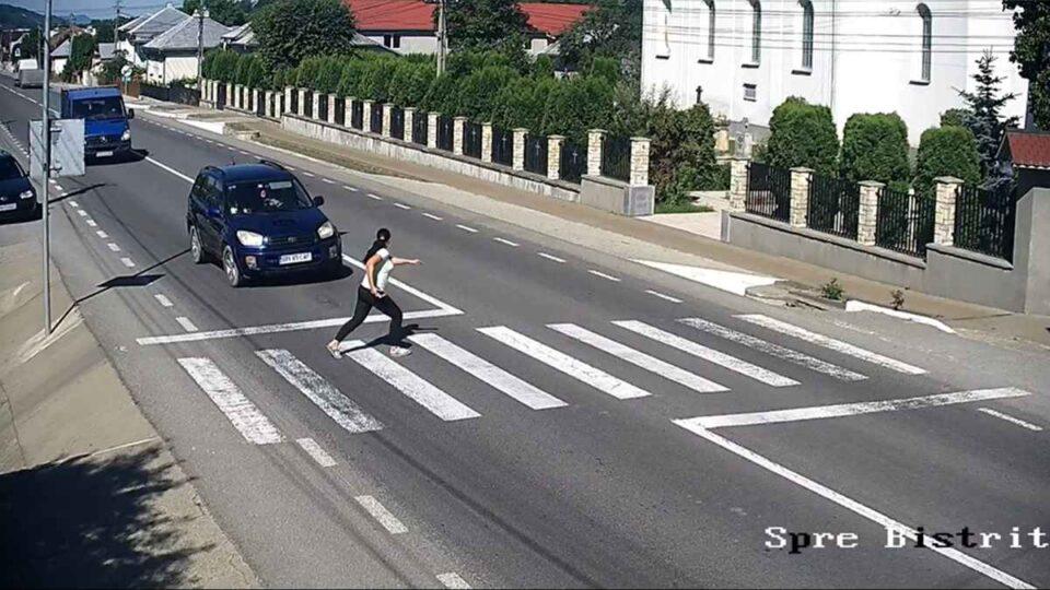 O tânără a fost lovită în plin de o șoferiță, în timp ce traversa regulamentar pe trecerea de pietoni, în Tiha Bârgăului, Bistrița-Năsăud.