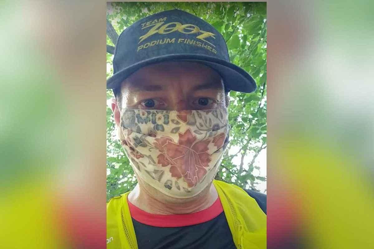 Tom Lawton, un medic din Yorkshire, Marea Britanie, a alergat aproximativ 35 de kilometri purtând mască de protecție.