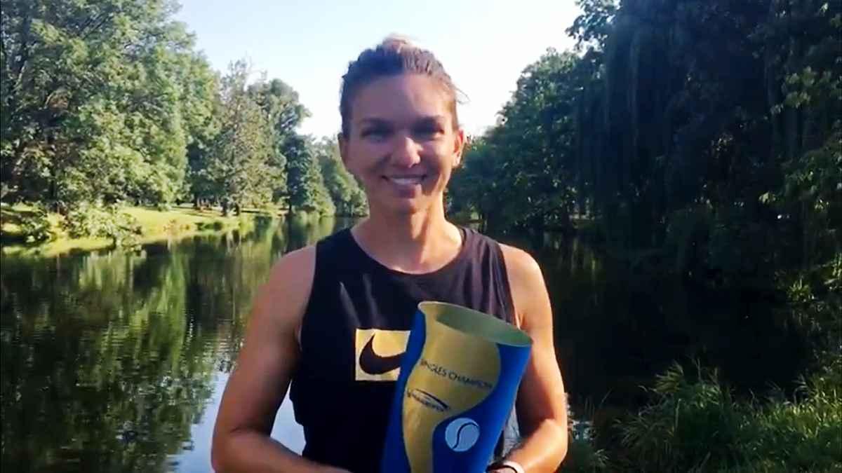 Simona Halep a sărit îmbrăcată în apele Râului Vltava după ce a câştigat Praga Open