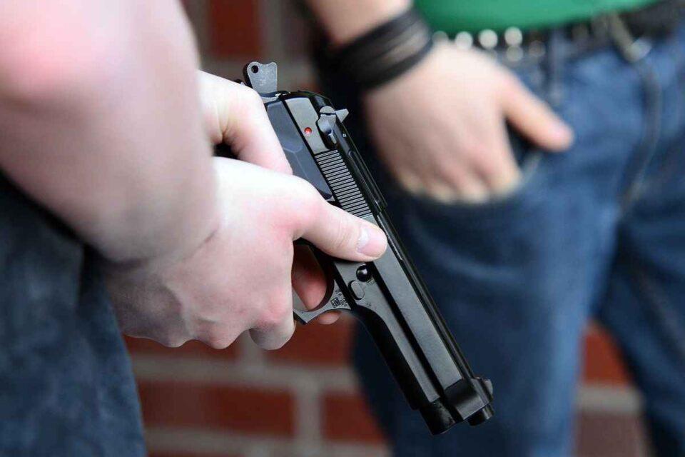 Doi bărbați, în custodia polițiștilor, după ce au tras cu arma pe stradă, în județul Ilfov