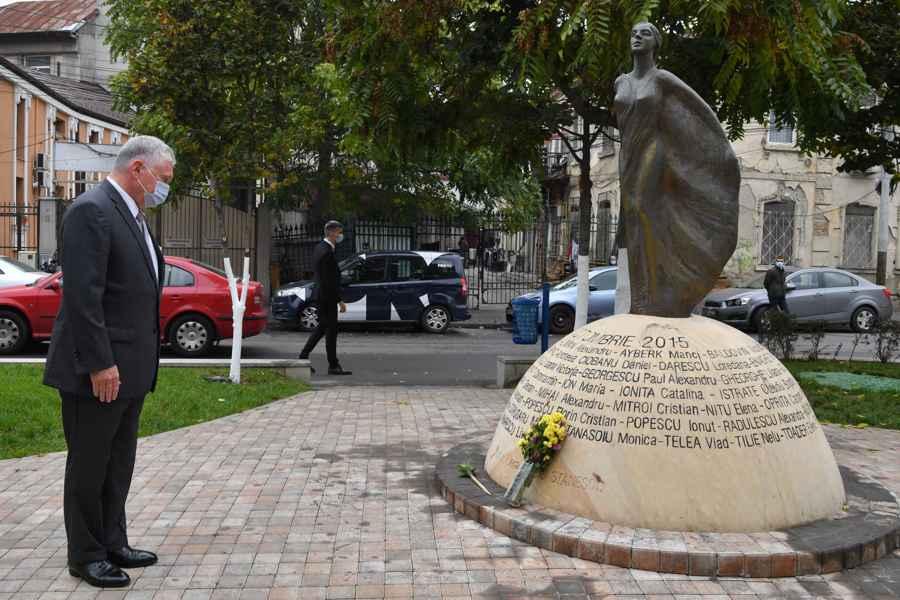 """Ambasadorul SUA la Bucureşti a fost la Colectiv. Mesajul transmis """"celor care au fost răniţi, familiilor şi prietenilor îndoliaţi, precum şi generaţiilor viitoare"""""""