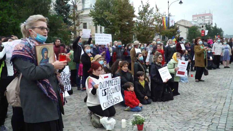 Protest în fața Mitropoliei Moldovei și Bucovinei, pentru interzicerea pelerinajului la moaștele Sfintei Parascheva.