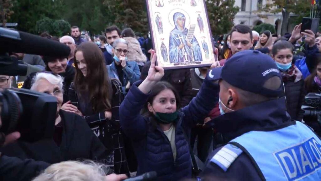 Protest în fața Mitropoliei Moldovei și Bucovinei, pentru interzicerea pelerinajului la moaștele Sfintei Parascheva, 2020.