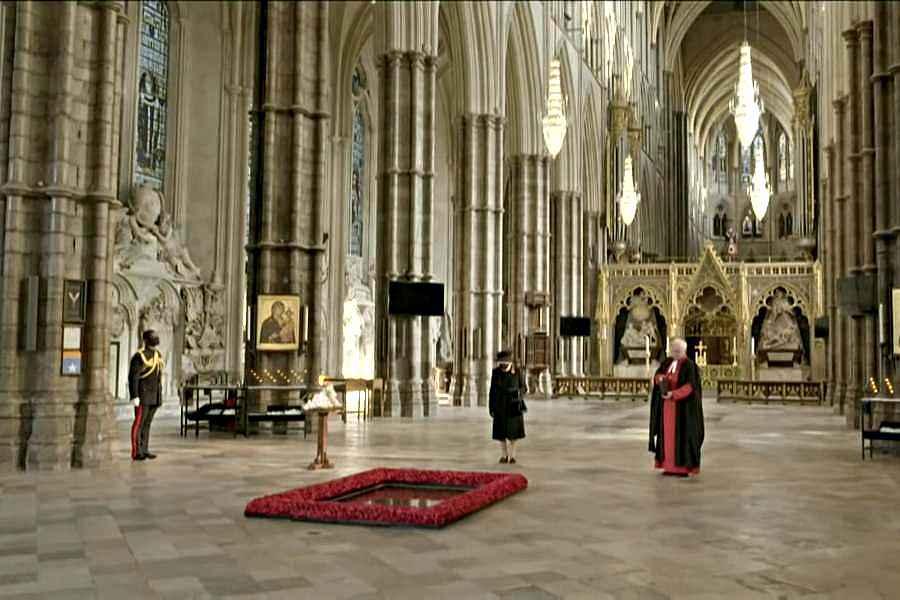 VIDEO inedite cu Regina Elizabeta a II-a. Prima oară când a purtat mască în public