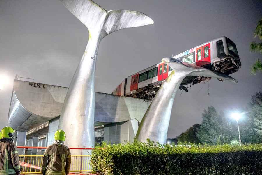 O garnitură de metrou a reușit performanța să se așeze pe o coadă de balenă, o sculptură care a salvat-o de la prăbușire.