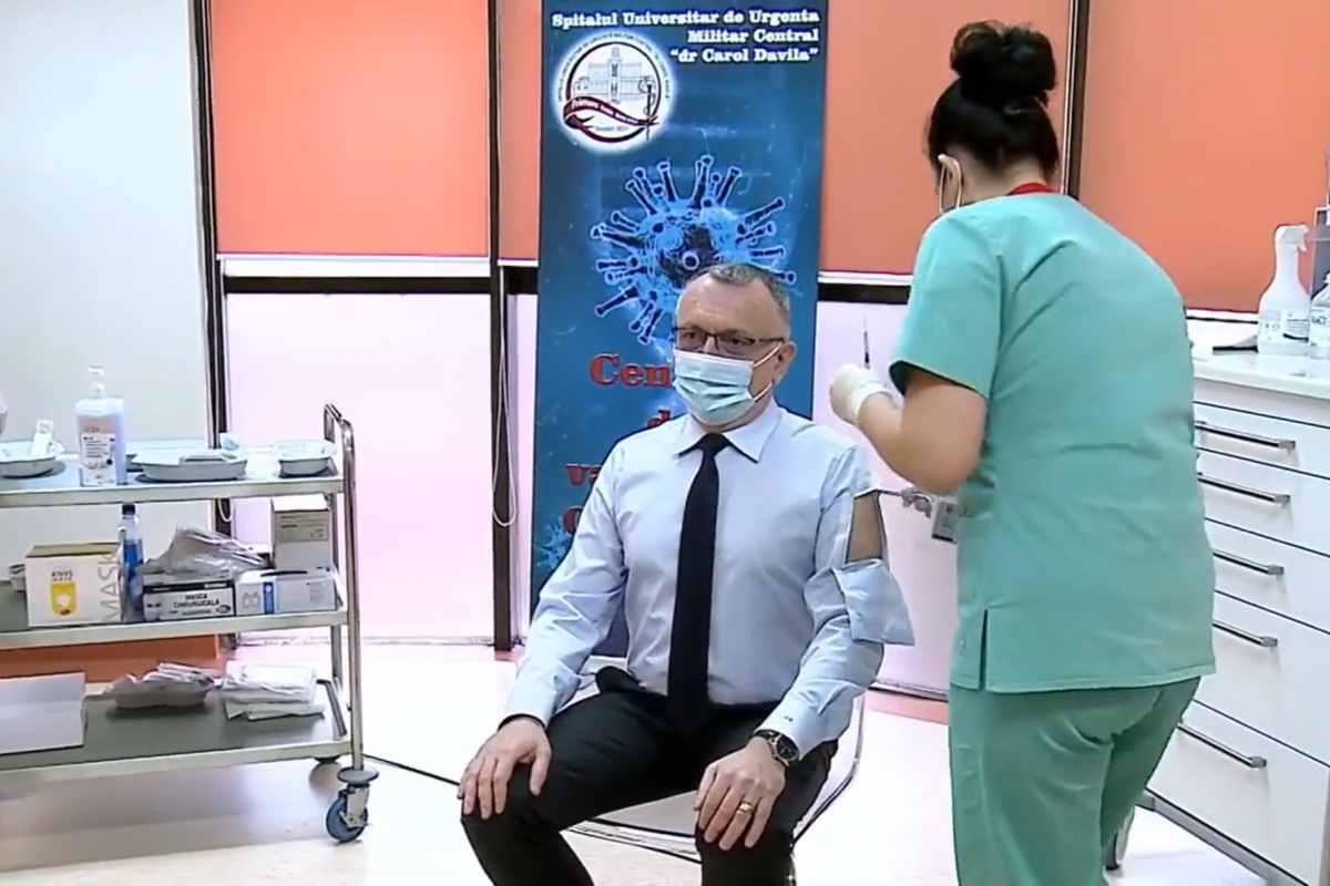 Ministrul Educației, Sorin Cîmpeanu, și-a etalat cămașa de… vaccin. Iată povestea ținutei sale inedite