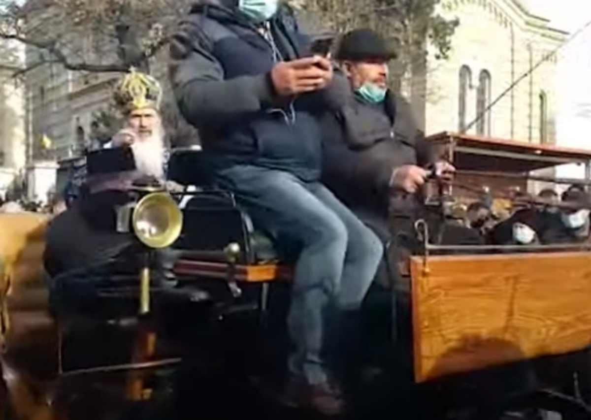 """ÎPS Teodosie, înainte de a se sui în caleașcă, îndemn către credincioșii prezenți la procesiunea de Bobotează: """"Să nu supere autoritățile"""""""