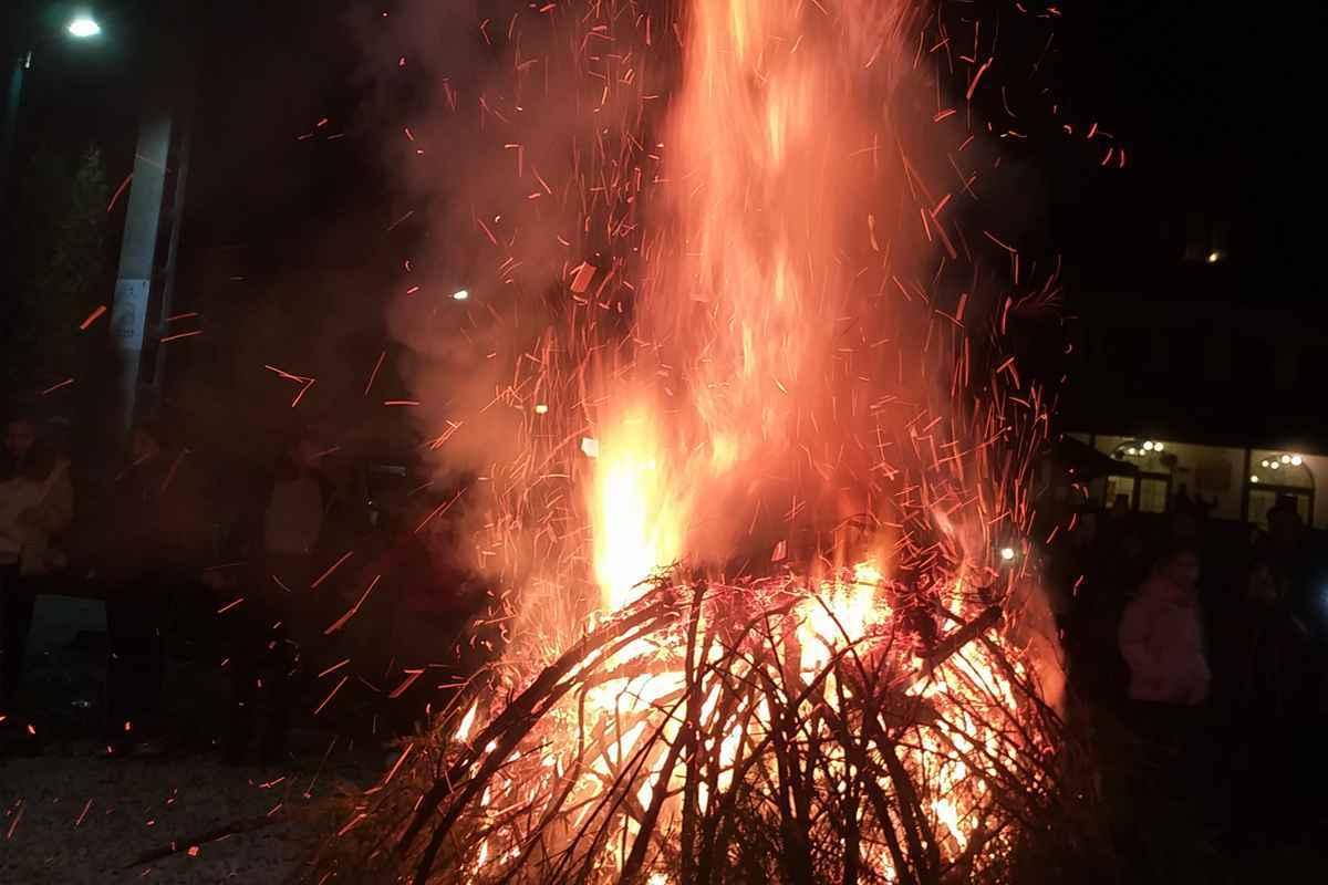 Încep sărbătorile pe rit vechi, iar sârbii din Banat au aprins stejarul