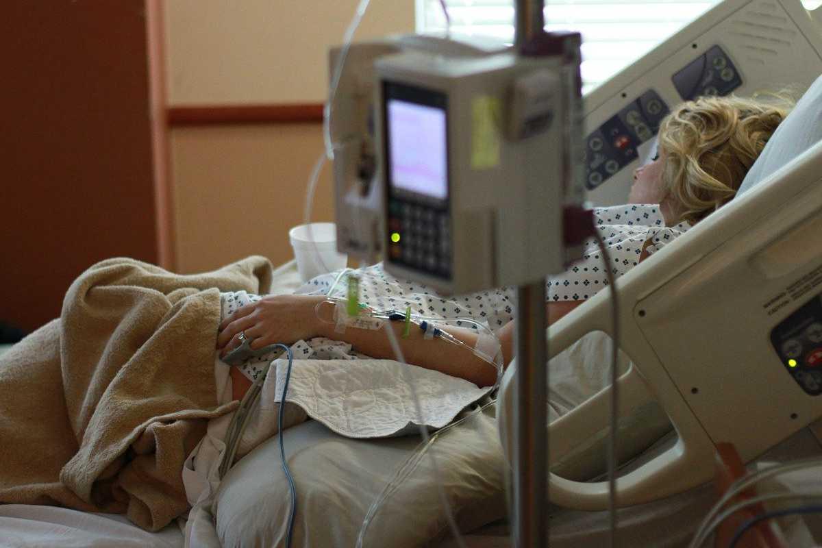 1.100 de români sunt în stare gravă, la terapie intensivă, infectați cu COVID