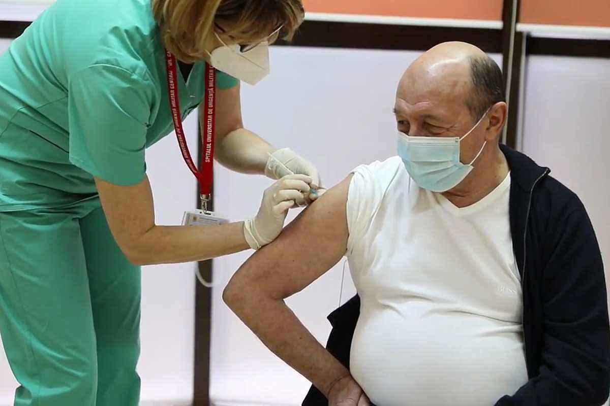 Traian Băsescu s-a vaccinat împotriva COVID-19. A beneficiat de o prevedere legală