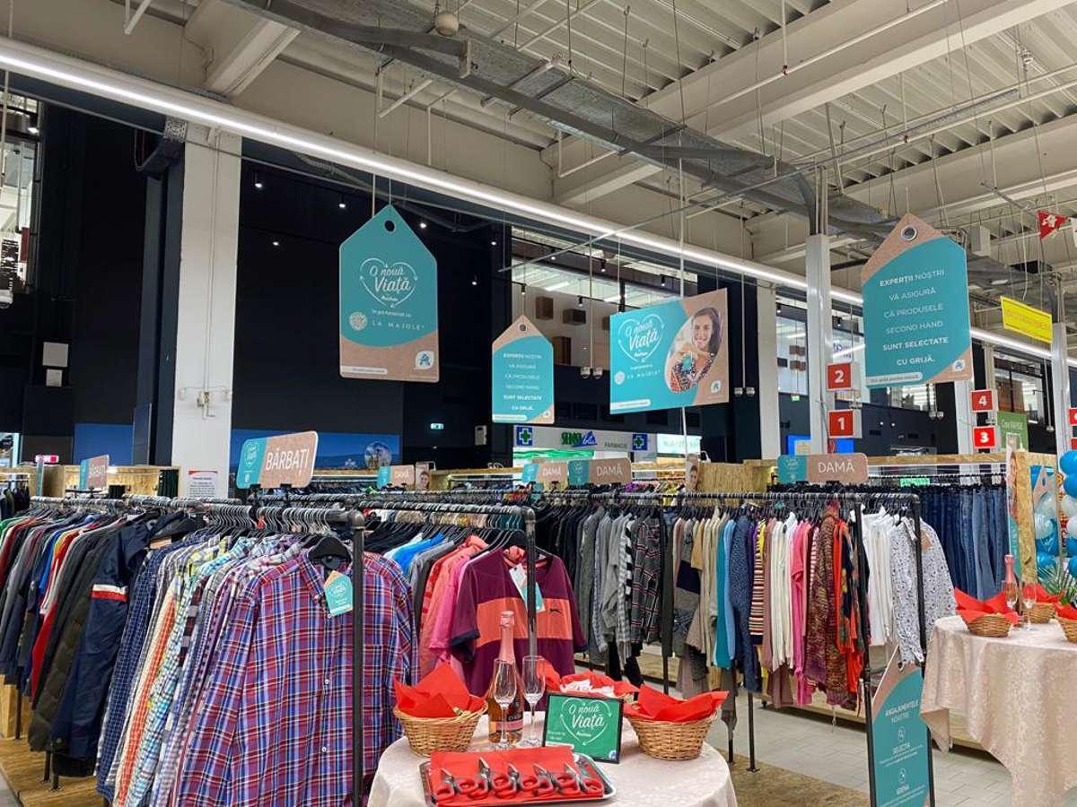 """Auchan a început să vândă haine second-hand """"O viață nouă hainelor"""" într-un proiect inedit"""
