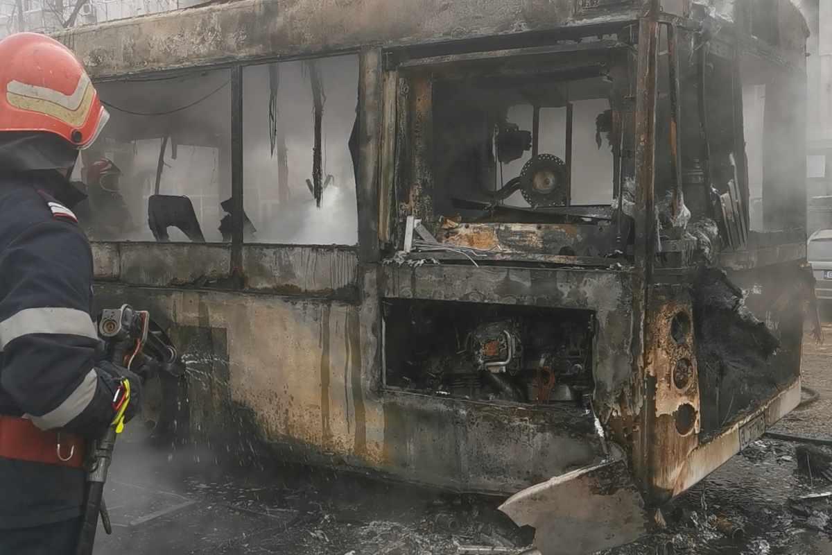 Un autobuz din Galați a luat foc în trafic
