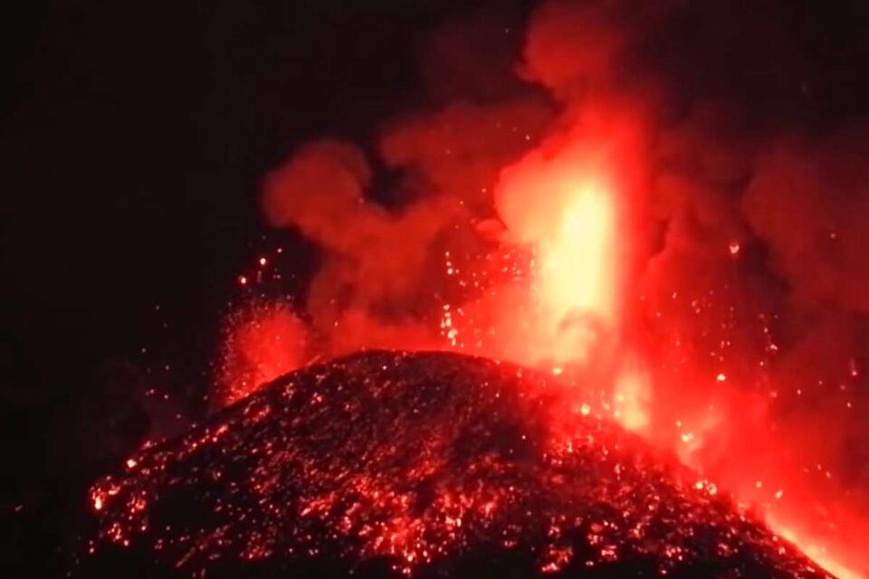 Etna a iluminat cerul nopţii expulzând lavă la o înălţime amețitoare - VIDEO