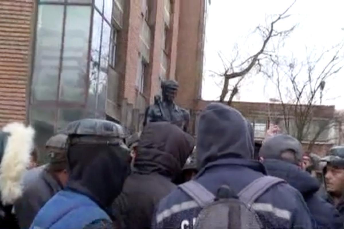 Sute de mineri protestează la sediul Complexului Energetic Hunedoara, iar cei blocați în Mina Lupeni amenință că intră în greva foamei