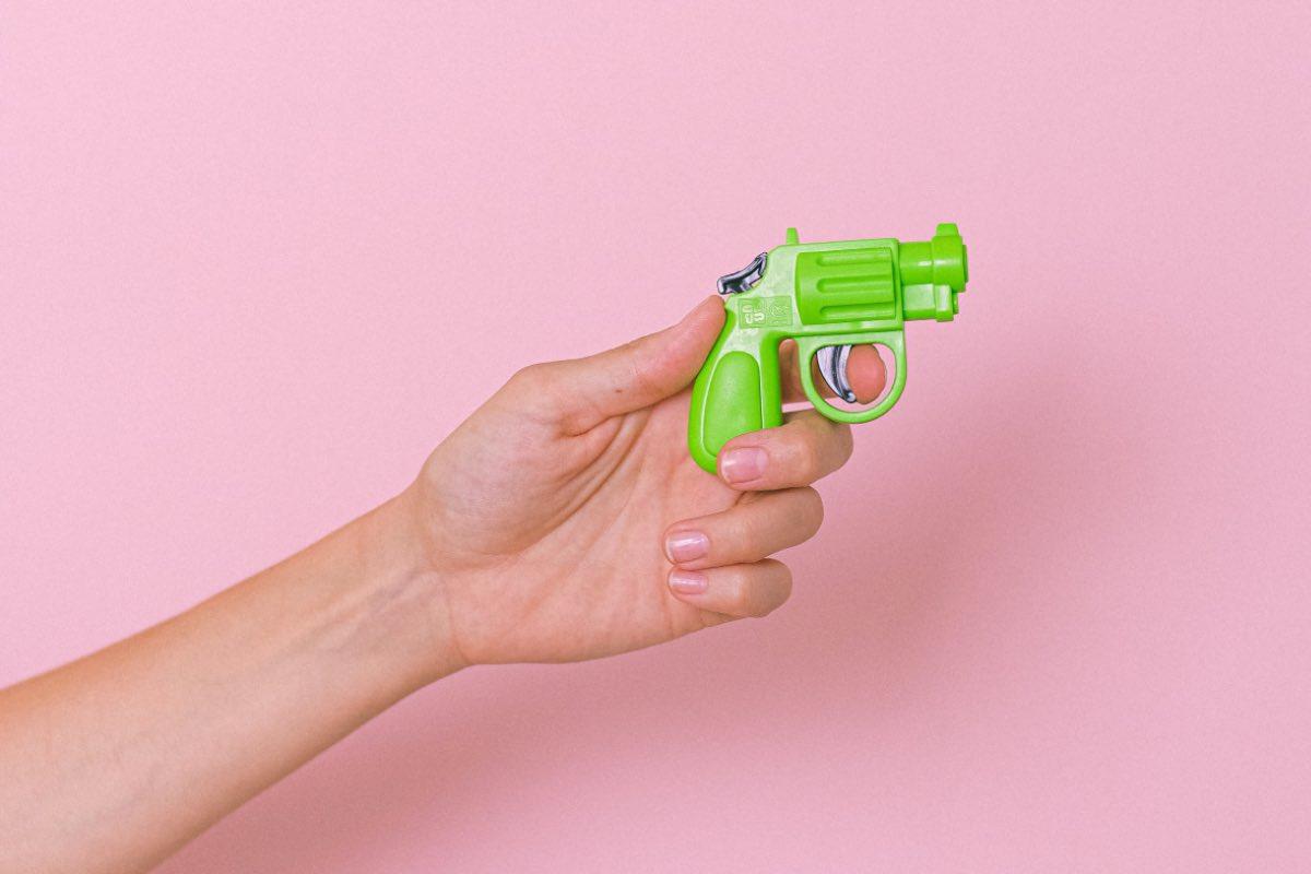 Un bărbat a încercat să jefuiască o bancă din București, înarmat cu un pistol, ce părea a fi de jucărie
