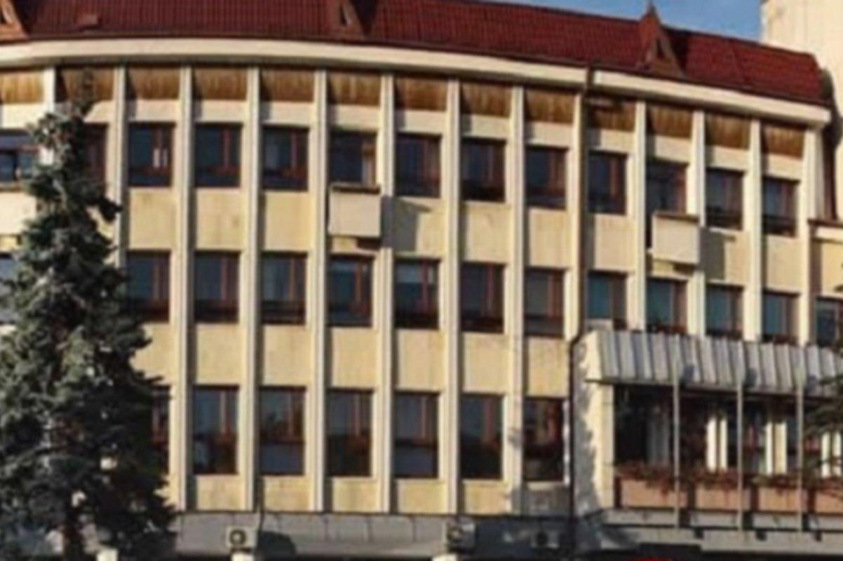 Alertă cu bombă la o bancă din Bistrița. Sediul este comun cu Prefectura și Consiliul Județean