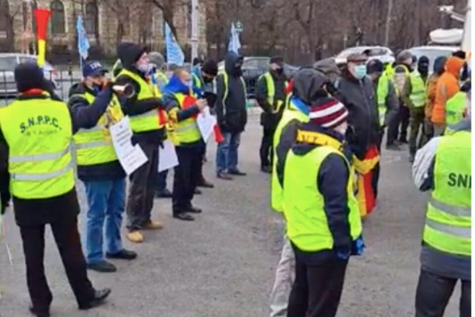 """Polițiștii protestează, la ușa Guvernului, și cer """"dezgheţarea"""" salariilor şi pensiilor"""