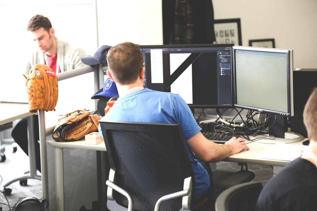 Companiile din Europa Centrală și de Est consideră că investițiile digitale îmbunătățesc performanța în afaceri și reduc costurile