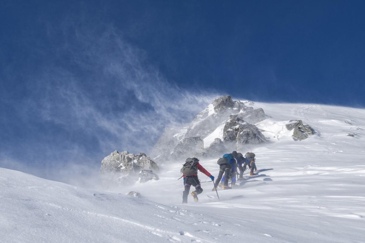 Weekend cu vijelii în toată țara. Vântul va atinge și 90 km/h, iar la munte va ninge