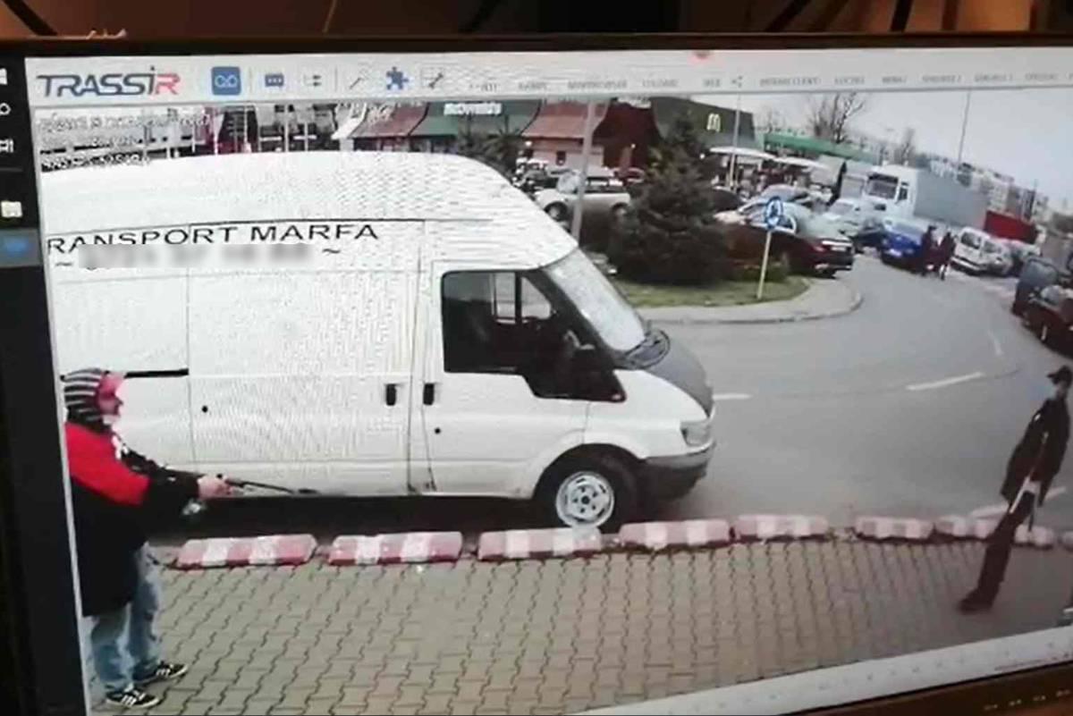 Amenințare cu arma într-o parcare a unui supermarket din Bucureşti. Intervenție de urgență a jandarmilor