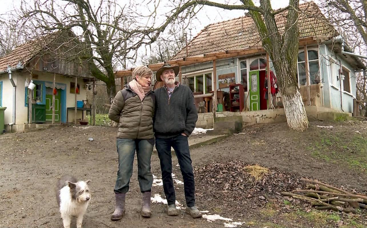 Aveau bani, carieră și sute de prieteni! Ce i-a determinat pe doi olandezi să se mute-n România, la casă cu toaletă-n curte!?