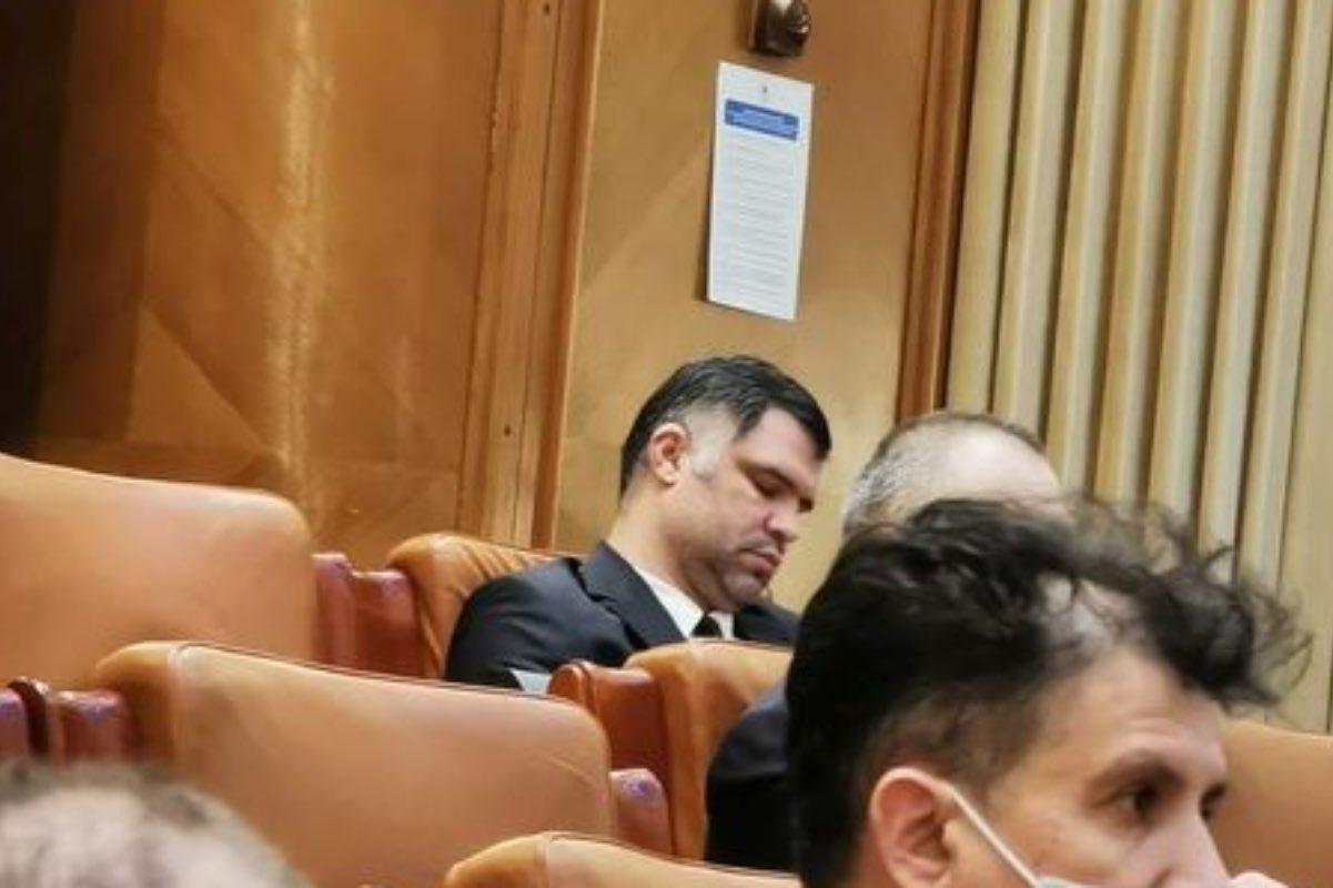 După ce luni a făcut circ în Parlament, deputatul PSD Daniel Ghiță a venit marți în plen să…doarmă