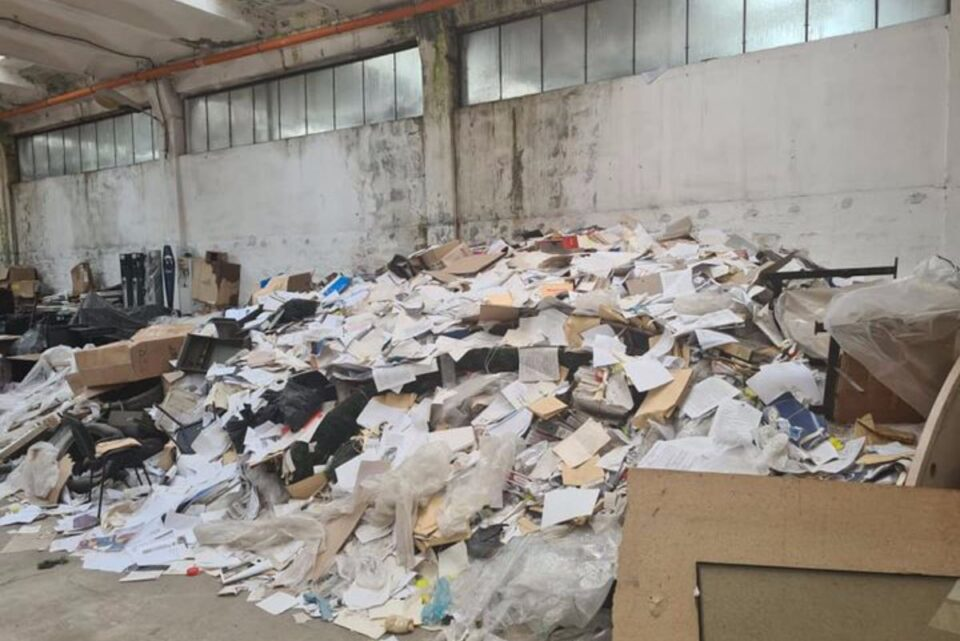 Descoperire șocantă la Constanța: Peste 100.000 de dosare şi documente legate de terenuri, abandonate într-un depozit