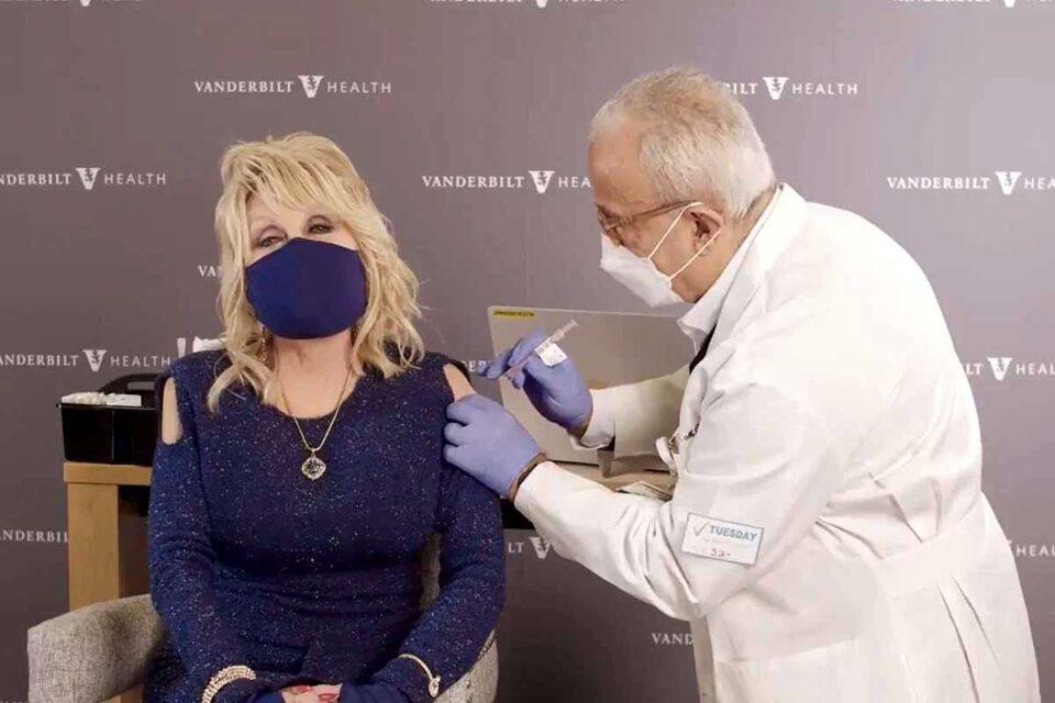 """Dolly Parton s-a vaccinat. A marcat momentul cu versiunea """"Vaccine"""" după celebrul său hit """"Jolene"""" - VIDEO"""