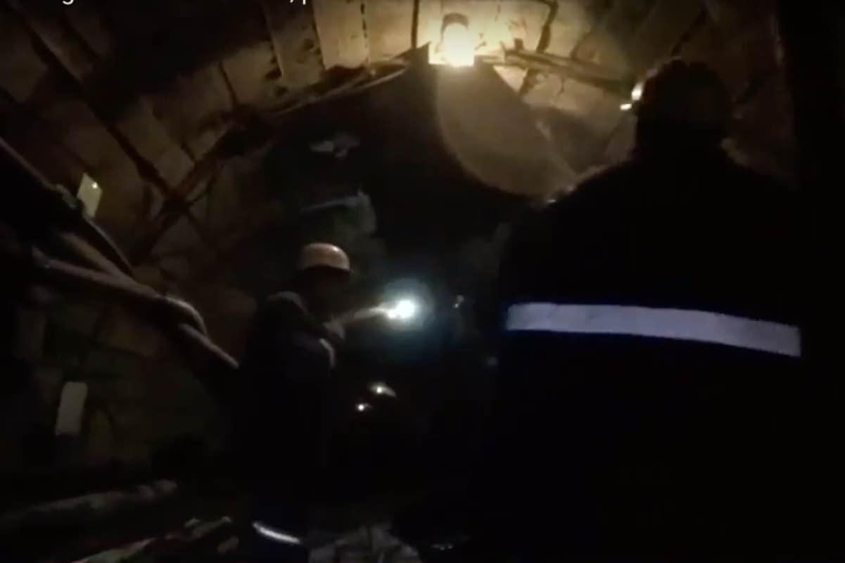 160 de mineri, blocați în minele de uraniu Crucea şi Botuşana. Oamenii protestează pentru că nu și-au luat salariile de două luni - FOTO