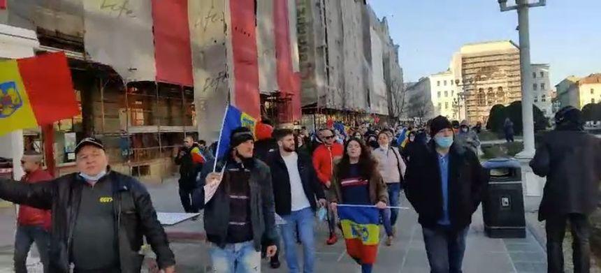 Sute de timișoreni au protestat în Piața Operei împotriva instituirii carantinei