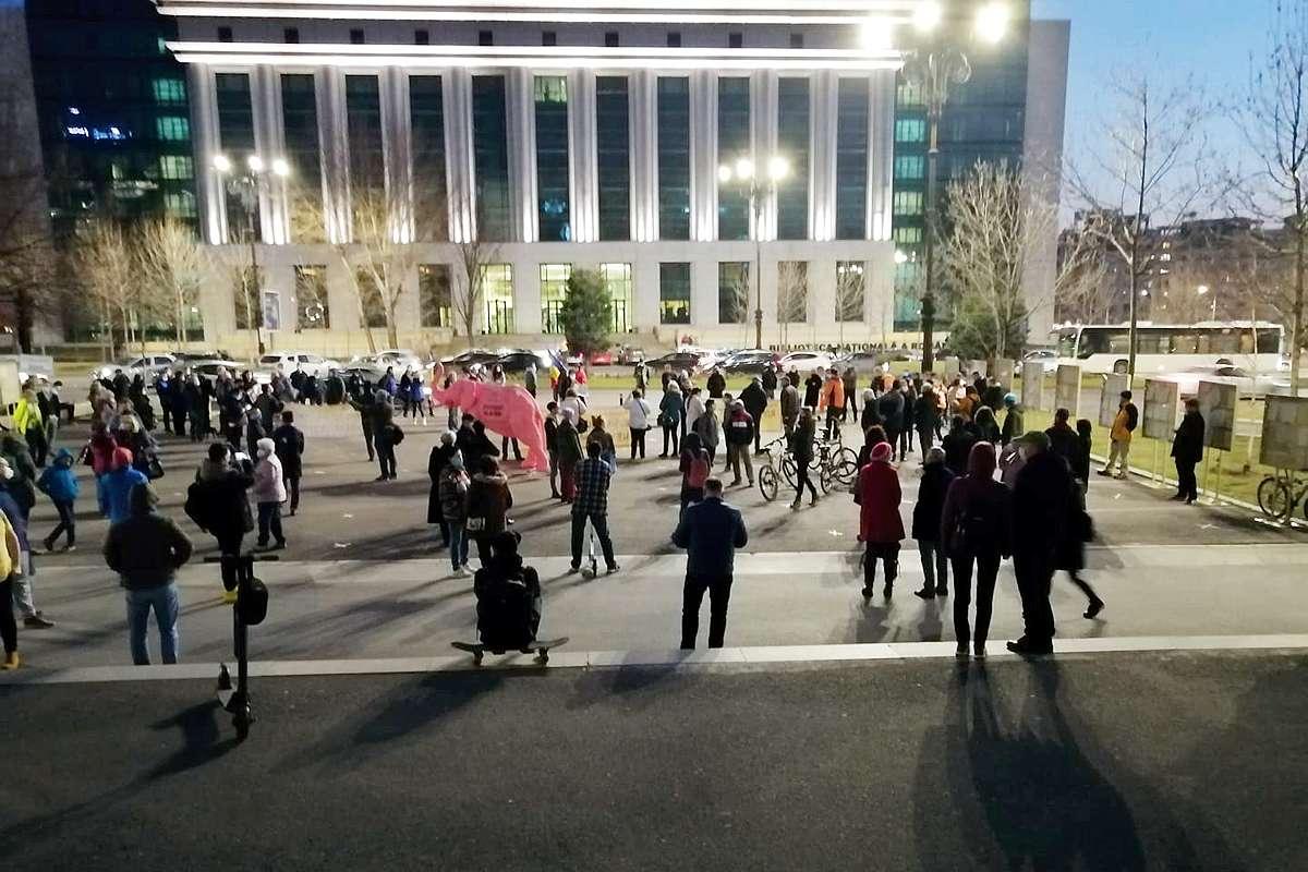 """Protest la Tribunalul Bucureşti împotriva deciziei în Dosarul 10 august: """"Judecăm şi noi ceva?"""""""