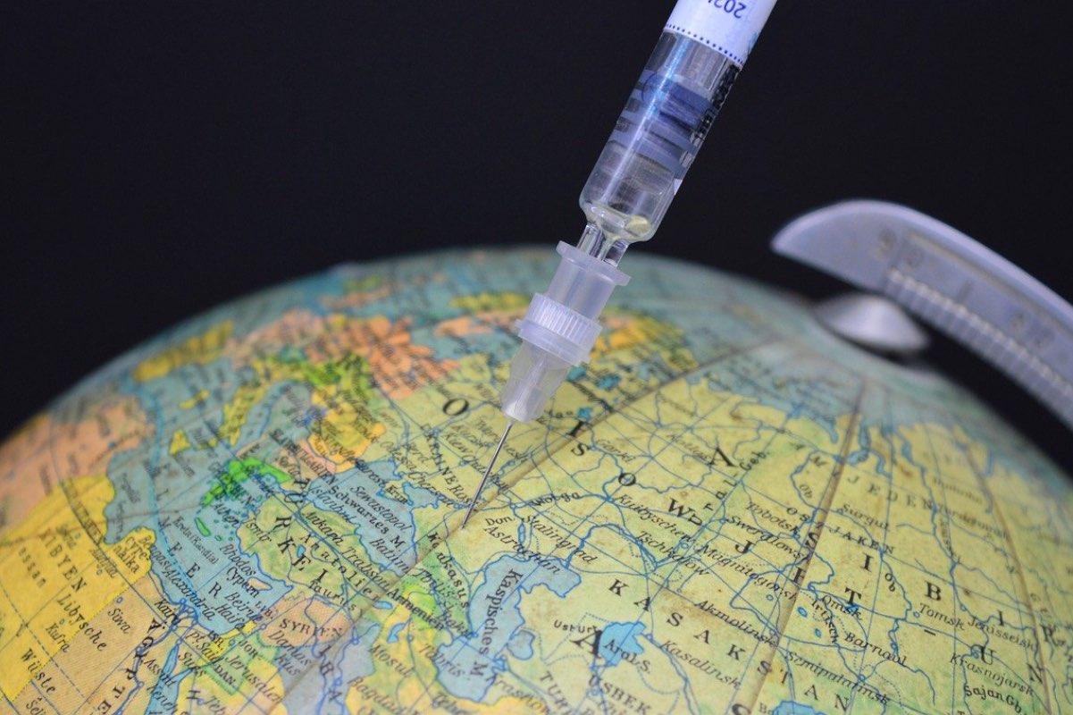 Peste 220000 de doze de vaccin Pfizer BioNTech sosesc, luni, în România