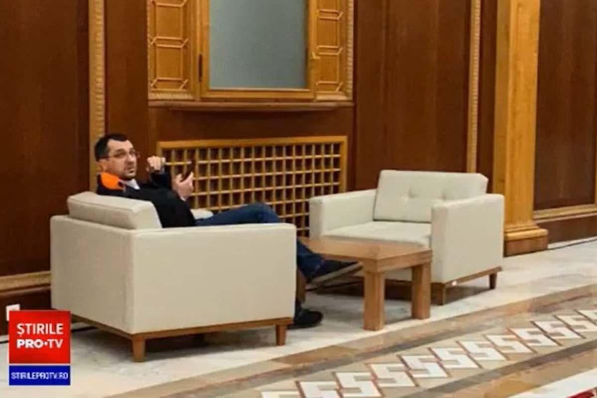 Vlad Voiculescu, ministrul Sănătăţii, afirmă, fotografiat fără mască în Parlament. foto: captura video Pro TV