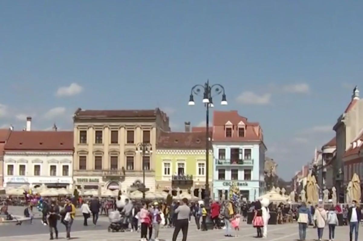 Brașovul, luat cu asat de turiști. Coloană de mașini pe DN1