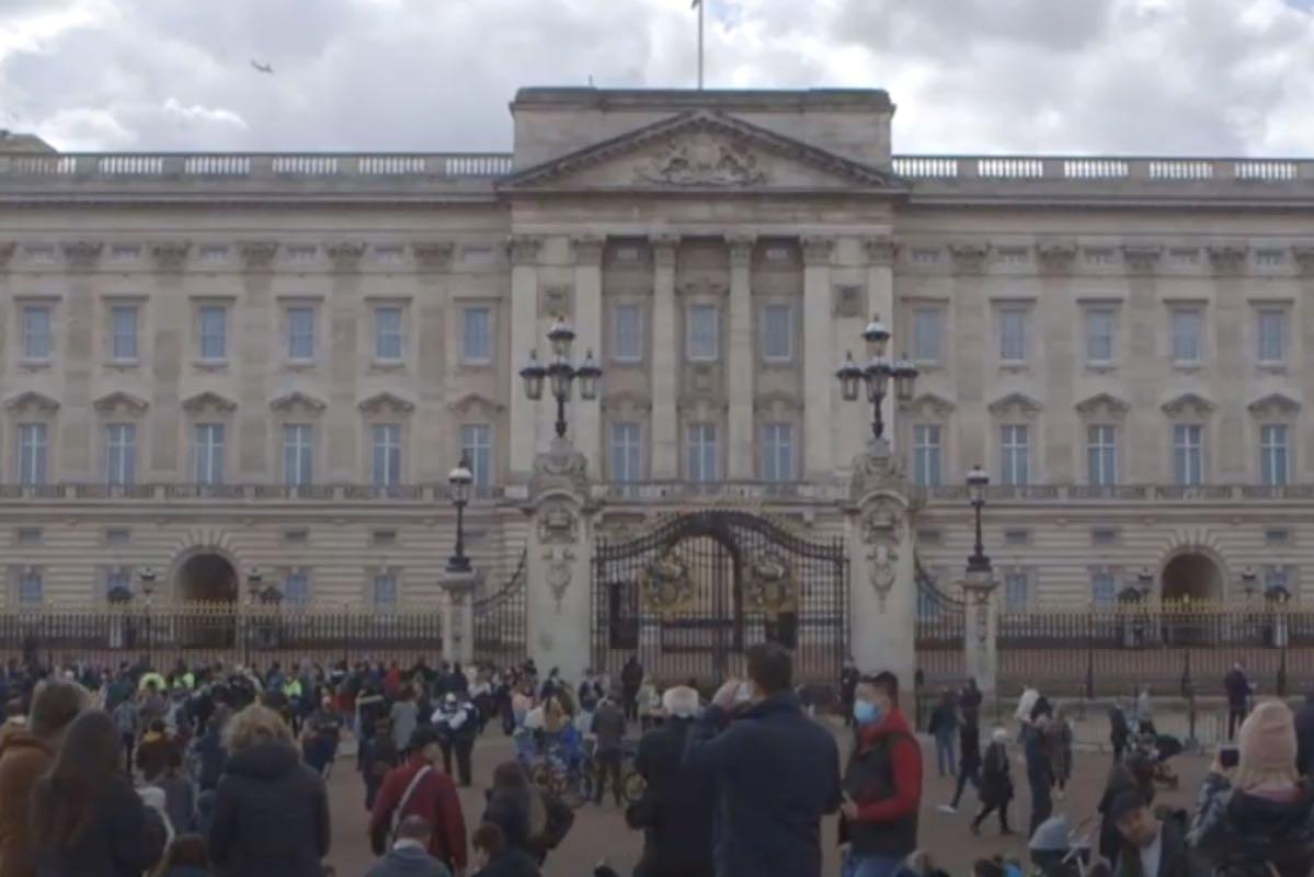 Britanicii îl omagiază pe prinţul consort Philip, la Palatul Buckingham şi la Castelul Windsor: Buchete de flori și mesaje de condoleanțe, depuse în fața porților