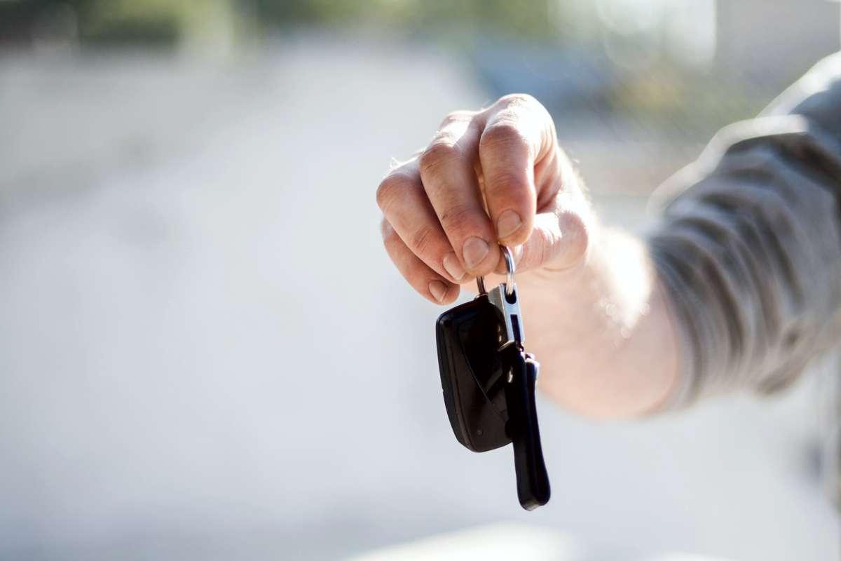 """Ai mașină în leasing? Avantaj client! Iohannis a promulgat legea """"dării în plată a mașinilor"""""""