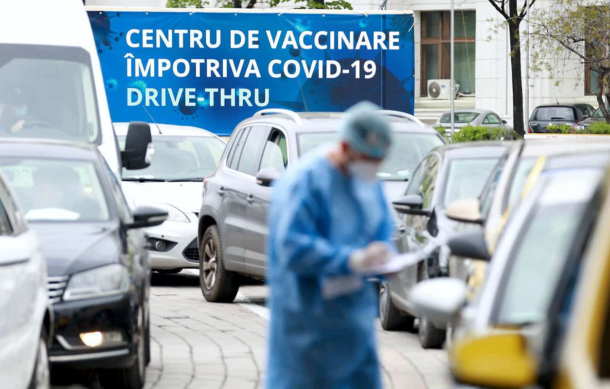 Vaccinări pe bandă rulantă la primul Drive-Thru din Bucureşti. Coadă imensă de mașini