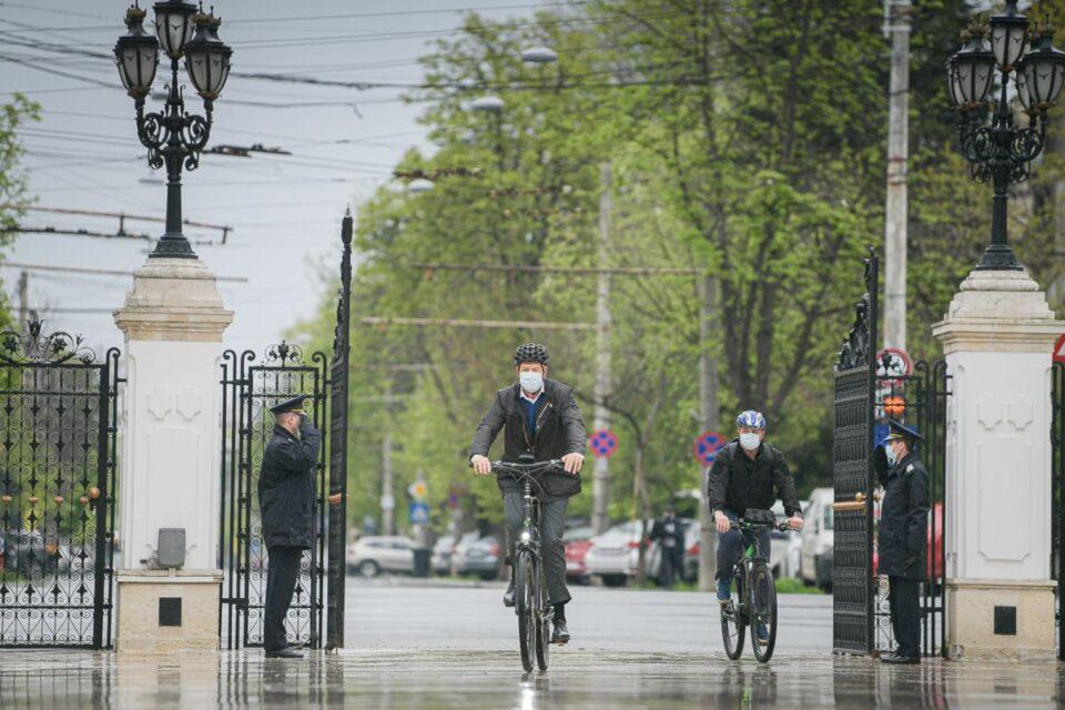 Iohannis a venit cu bicicleta, de la Vila Lac la Palatul Cotroceni: Vreau să fiu parte din campania Vinerea Verde